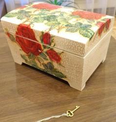 Medinė dėže su raktu